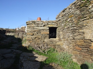 Listed cell for sale in Tinos / Real-estate